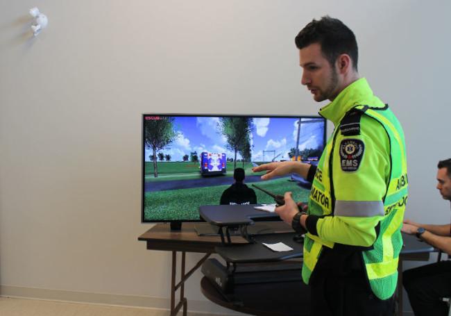 VRの画面を示す男性