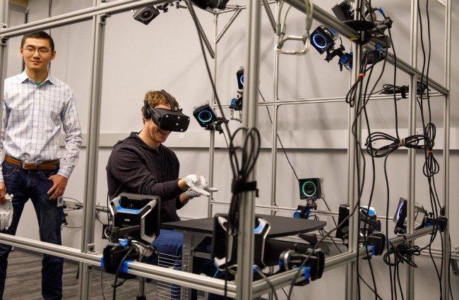 Oculusの手袋型コントローラーを使う様子