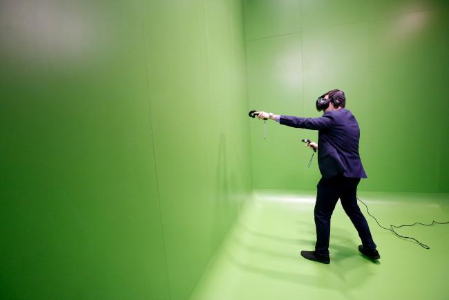 VRデバイスを使う男性