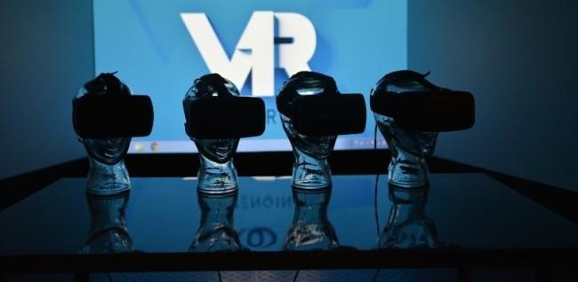 VRヘッドセットを付けたマネキンの頭が並ぶ