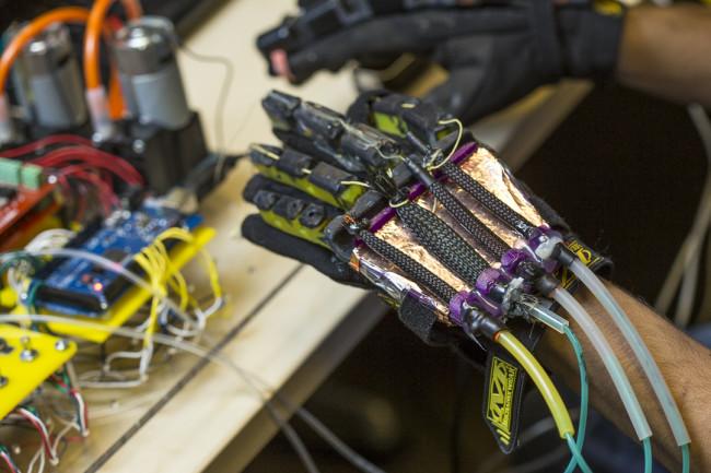 機械が見えている手袋