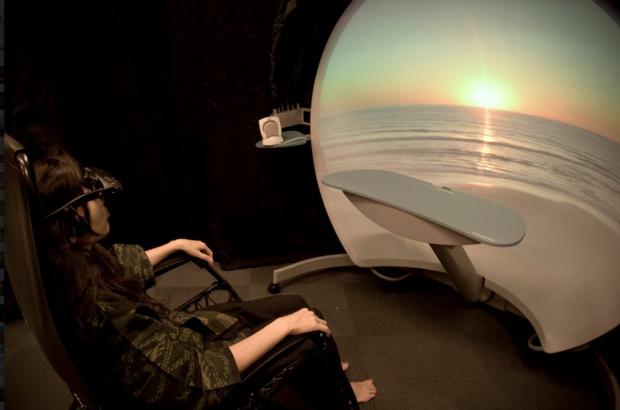 VRで瞑想する女性