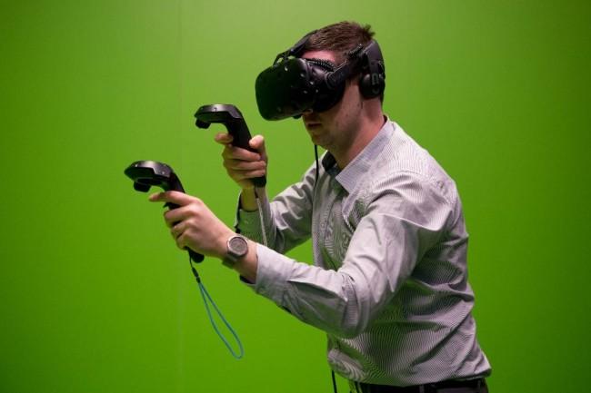 VRヘッドセットを使う男性