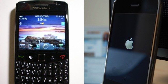BlackBerry Bold 9780(左)と初代iPhone(右)