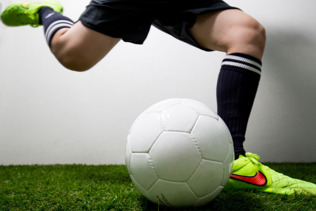 サッカーボールを蹴る