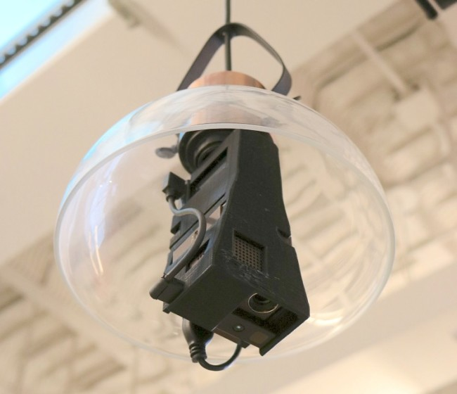 照明のソケットにつけられたDesktopgraphyに使うプロジェクター