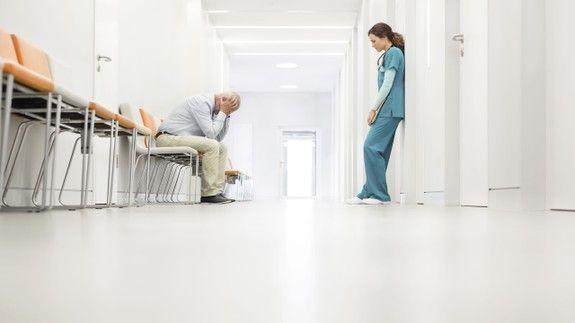 病院の廊下で