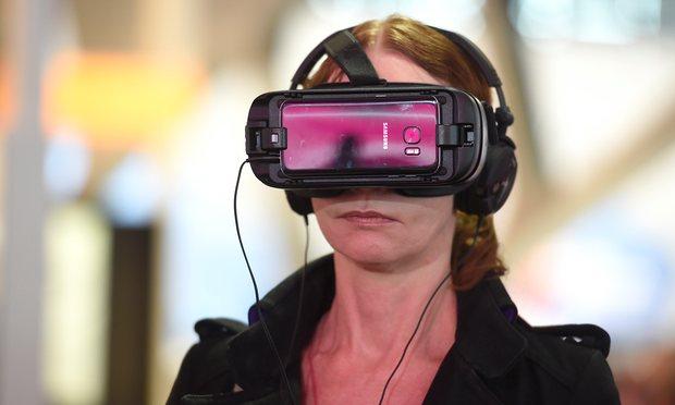 Gear VRを付けた女性