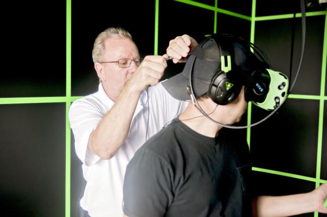VRヘッドセットを付ける男性