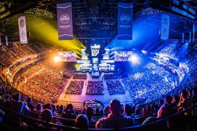 大きな会場で開催されるe-sportsの大会