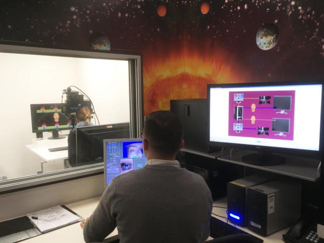 実験中の脳波を測定する