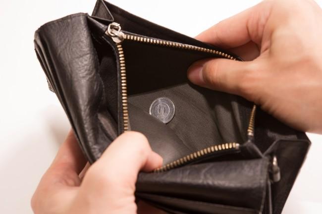 財布を開ける