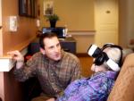VRヘッドセットを付けた高齢者
