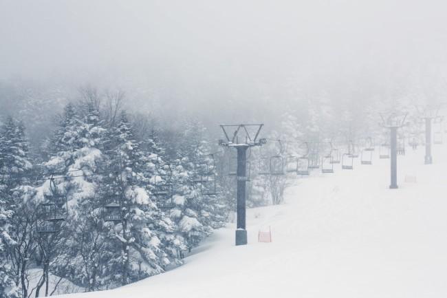 雪のゲレンデとリフト