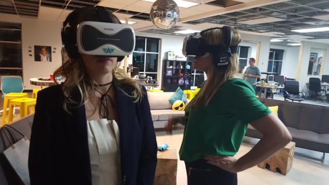 VRヘッドセットを付けた受講者