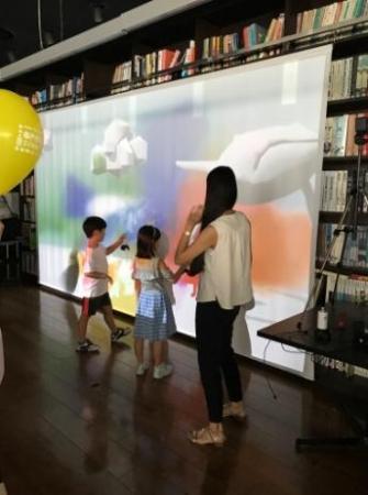 「Spray painting / デジタル落書き」(open!SUNDAY2017 での実施の様子)