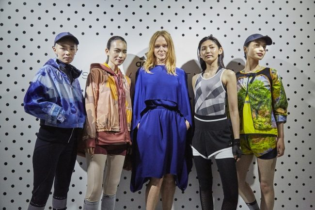 adidas by Stella McCartney デザイナーとVR登場ルック