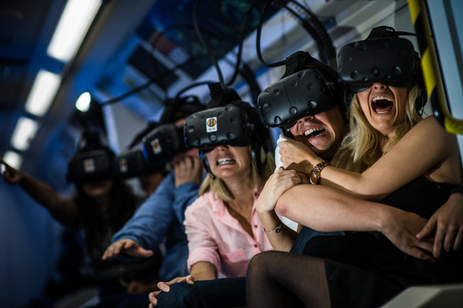 VRアーケードを体感する人々