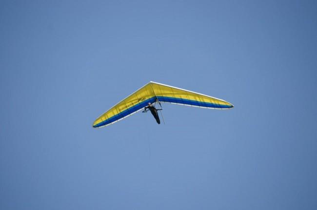 ハンググライダーで飛行する鈴木由路選手