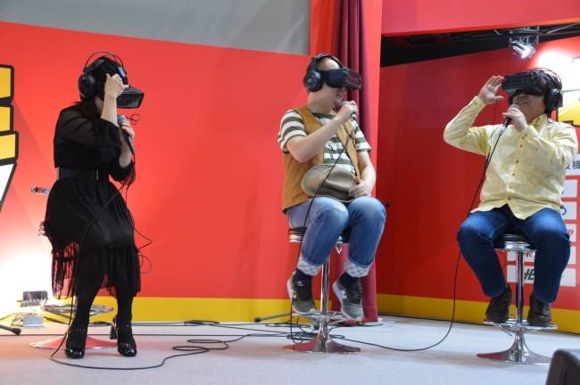 VRを体験する出演者