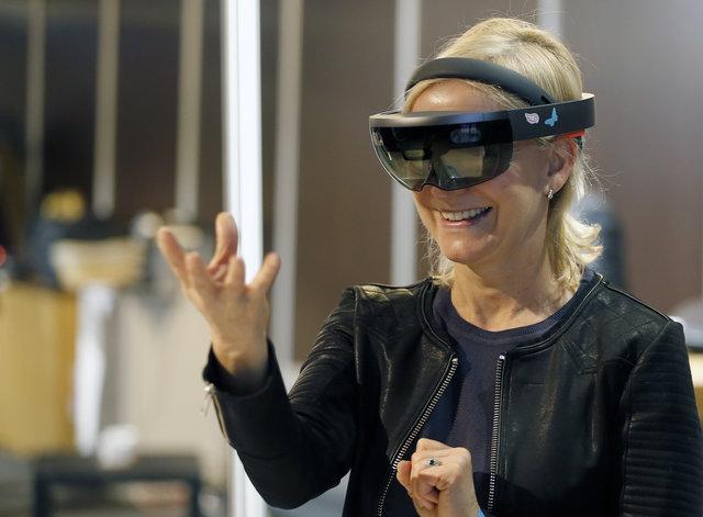 HoloLensを付けた女性
