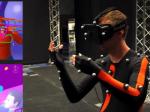 VRを操作するエンジニア