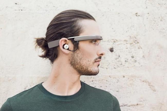 Google Glassを付けた男性