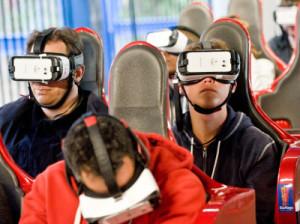 VRヘッドセットを付けてコースターに乗る