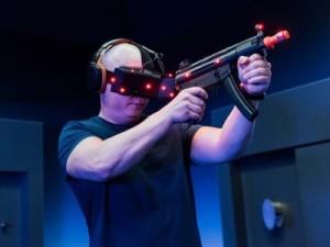IMAXでVR体験をする男性