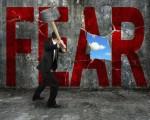 恐怖と対決する男性