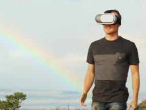 VRヘッドセットを付けた男性
