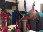 ARヘルメットに助けられながらガスタービンを組み立てるエンジニア