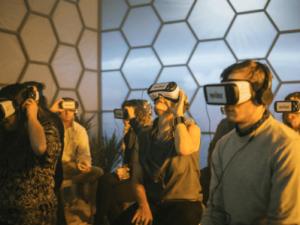 VRヘッドセットを付けた人たち