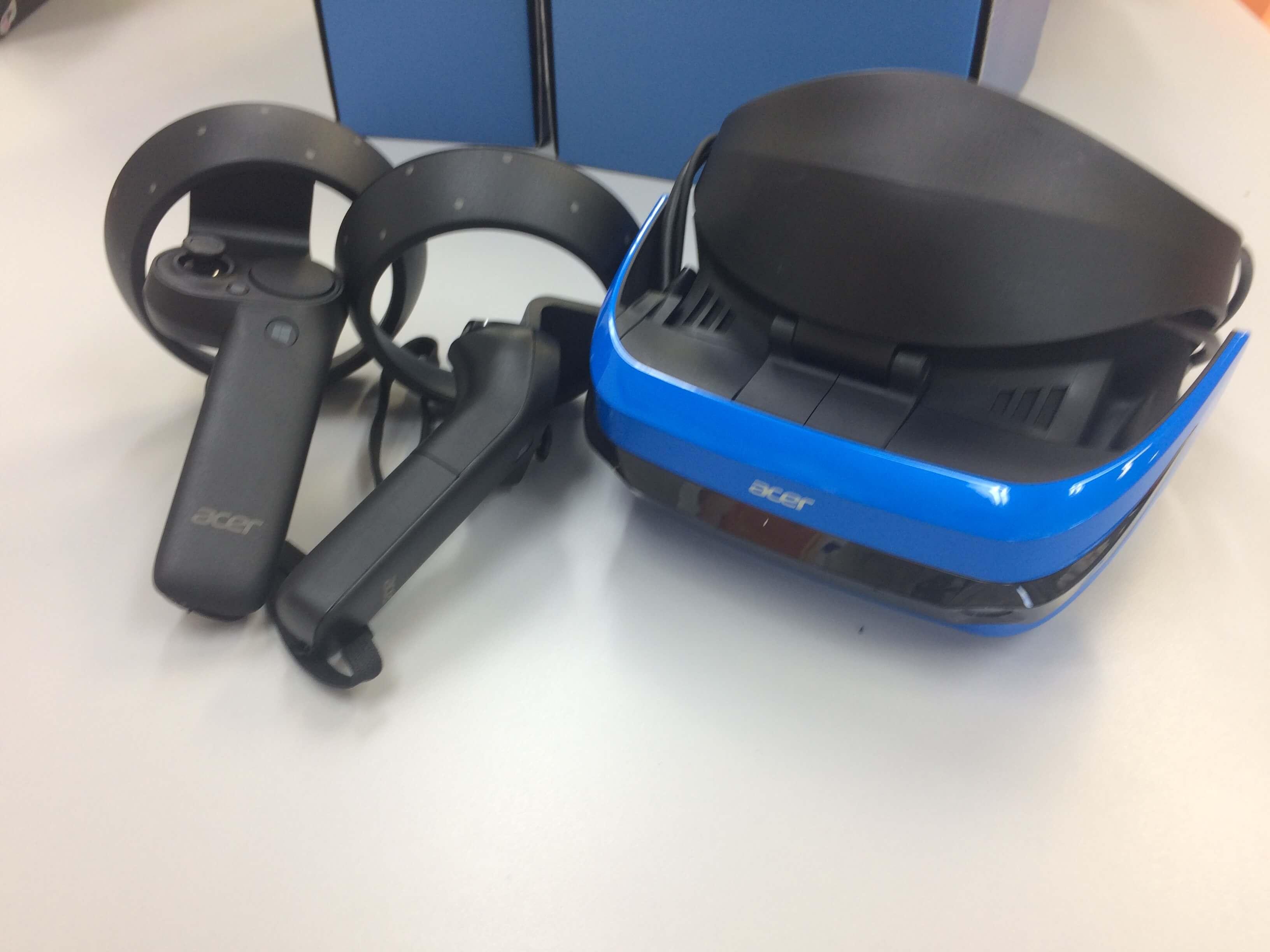 「Acer Windows MR ヘッドセット」本体とモーションコントローラー