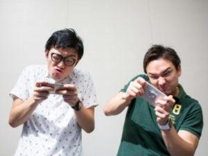 テレビゲームをする二人