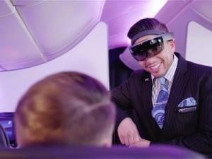「HoloLens」を装着した実験で、乗客に対応する客室乗務員