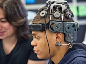 脳波を計測する装置を付けた男性